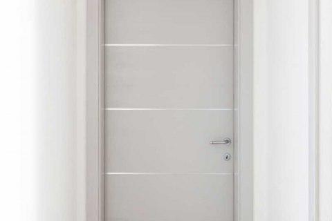 Porta interna abete con nodi laccata