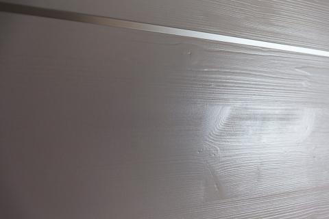 Particolare porta interna abete con nodi laccato