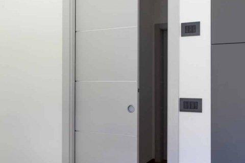 Porta interna abete con nodi laccato scorrevole a scomparsa